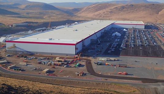 auto gigatovárna gigafactory Tesla v Nevadě srpen 2017