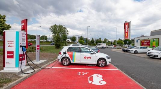 rychlonabíjecí stanice nabíječka pro elektromobily u prodejny Penny Praha Lehovec Hloubětín Kolbenova E.ON