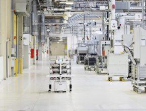 V továrně ŠKODA AUTO ve Vrchlabí pracuje plně autonomní přepravní robot. Dokáže se vyhnout překážkám. Když je potřeba, sám umí změnit trasu.