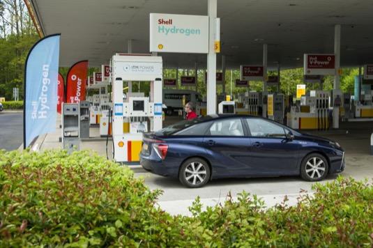 Vodíkové auto Toyota Mirai na vodíkové čerpací stanici Shell.