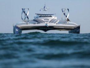 Tato loď budoucnosti poháněná elektřinou kombinuje obnovitelnou energii a systém produkující vodík z mořské vody bez jakýchkoli uhlíkových emisí.