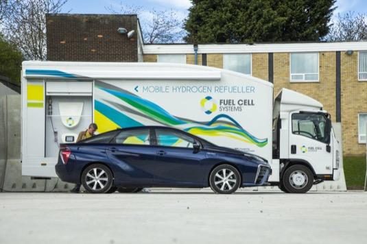 Toyota Mirai jako první vodíkový automobil projela napříč celou Velkou Británii. Novináři magazínu Autocar urazili téměř 1 800 km z obce John O'Groats na severním výběžku Skotska do vyhlídkového místa Land's End na jihu.