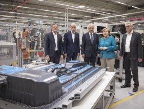 Na prohlídku jedné z moderních továren Daimleru, kde se vyrábějí baterie, se stavila také německá kancléřka Angela Merkelová.