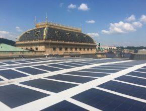 Fotovoltaická elektrárna na střeše Národního divadla v Praze.