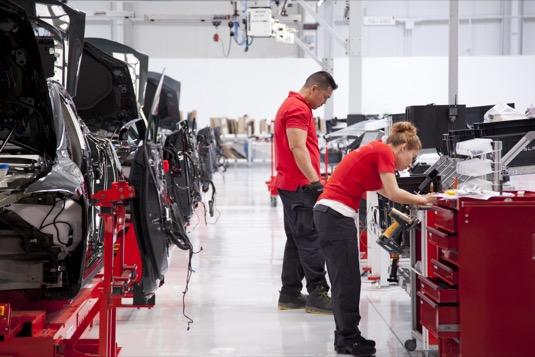 auto továrna Tesla ve Fremontu výroba elektromobilů Model S Model 3