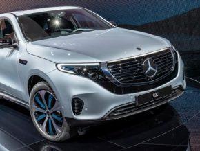 Díky dvěma elektromotorům na přední a zadní nápravě s celkovým výkonem 300 kW nabídne Mercedes-Benz EQC skvělou jízdní dynamiku a dojezd až 450 km v kombinovaném cyklu EU (předběžný údaj).