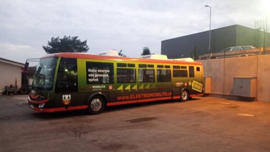 ČEZ skrze nové elektrobusy pokračuje ve spolupráci sVrchlabím, kde již realizoval projekt Smart Regionu, včetně výstavby sítě dobíjecích stanic pro elektromobily.