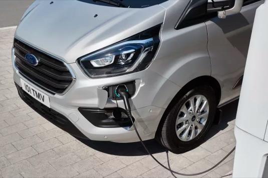Nabíjení plug-in hybridní verze dodávky Ford Transit Connect.