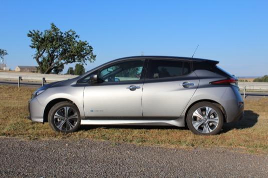 Nissan Leaf je pětidveřový hatchback o výkonu 110 kW/150 koní/320 Nm. Palubní nabíječka je ve standardu konečně 6,6kW a s takovou budete auto nabíjet asi 7,5 hodiny. Na rychlonabíječce zvládne nový Leaf max. 50 kW. Ale moc mu to nejde.