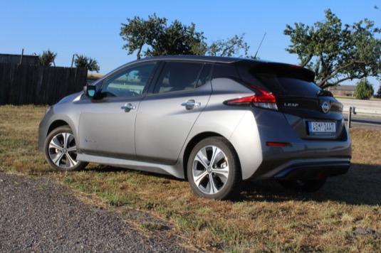 Na délku měří auto 4490 mm, na šířku 1788 mm, na výšku 1530 mm. Rozvor činí standardních 2700 mm. Hmotnost vozu je podle verze 1545 až 1597 kg. Aerodynamický koeficient má hodnotu 0,28 a homologovaný dojezd dle WLTP činí 270 km kombinovaný a 389 km ve městě. Max. rychlost je omezena 144 km/h, zrychlení 0-100 km/h zvládne za 7,9 sekundy, což nezní jako nějaké moc velké wow, ale pocitově je to paráda.