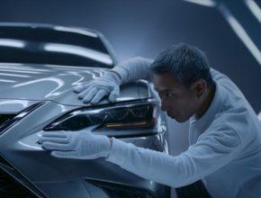 Při příležitosti evropské premiéry nového manažerského sedanu ES představuje Lexus celosvětově první reklamu se scénářem sepsaným umělou inteligencí a natočenou oscarovým režisérem.