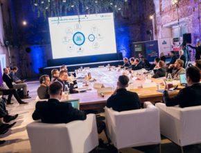V debatě vystoupili renomovaní experti z Mezinárodní agentury pro obnovitelné zdroje (IRENA), Agora Energiewende i zástupci českých firem, kteří se zaměřují na rozvoj moderní energetiky, například Energon holding nebo ČSOB.
