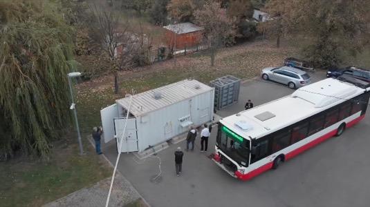 Plnění autobusu na bioCNG v Brně.