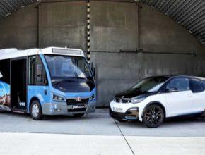 auto elektromobil BMW i3 a elektrický autobus elektrobus Karsan Jest