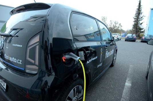 Flexiauto se stalo vítězem výběrového řízení na pronájem elektromobilů. Zaměstnanci letiště jezdí se dvěma elektromobily Volkswagen e-Up!