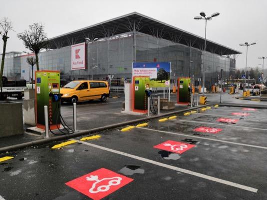 Nákupní řetězec Kaufland ve spolupráci s Elektromobilitou Skupiny ČEZ postupně vybavuje své vybrané lokality rychlodobíjecími stojany umožňujícími většině elektromobilů dobít 80 % kapacity baterií za cca 20-30 minut.