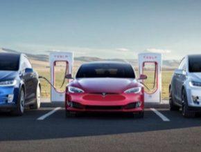 elektromobily Tesla u nabíjecí stanice Tesla Supercharger