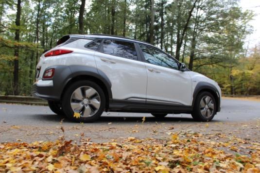 Hyundai prezentuje model Kona Electric jako sportovnější a dynamičtější auto proti Ioniq Electric.