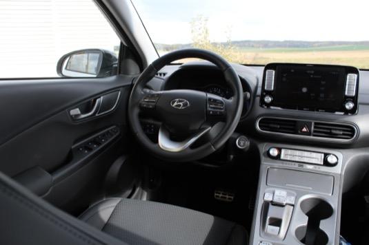 Řidič i spolujezdec mají v elektrické Koně prostoru dost, cestující na zadních sedadlech už se budou muset trochu uskromnit.