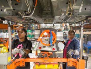 auto Evetta Osborne (vpravo) pracuje vedle své dcery Monique Watson v továrně General Motors Detroit-Hamtramck. Tato dvojice nainstalovala li-ion baterie do prakticky všech vyrobených plug-in hybridů Chevrolet Volt, Opel Ampera, Holden Volt a Cadillac ELR. Teď tam ale výroba končí.