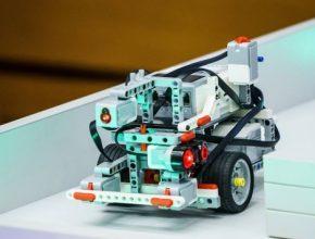 Oproti jarní části pro základní školy se nyní návštěvníci mohou těšit na přehlídku ještě sofistikovanějších designů. Finále súlohou Pac-Man se zúčastní 39 nejlepších robotů – ztoho 12 vozítek sestavily univerzitní týmy ČVUT.