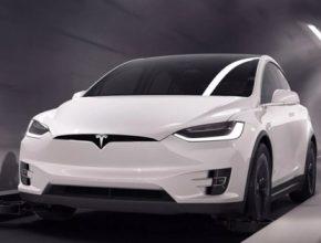 auto elektromobil Tesla Model X v tunelu Boring Company
