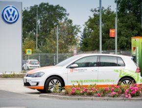 Skupina ČEZ v současnosti provozuje nejrozsáhlejší síť veřejných dobíjecích stanic pro elektromobily vČeské republice – vedle více než 70 rychlodobíjecích stanic je řidičům kdispozici i zhruba šedesátkatzv. stanic normálního dobíjení.