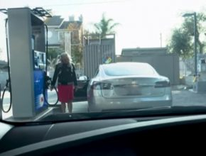 auto elektromobil Tesla Model S blondýna čerpací stanice