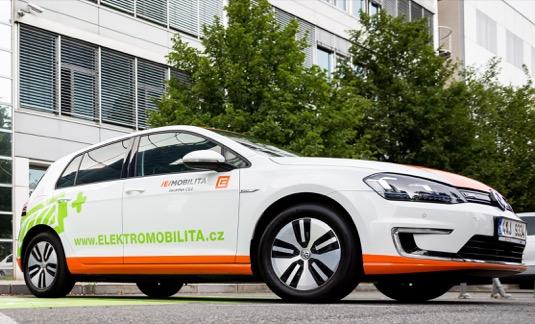 Jako moderně uvažující a zodpovědná banka chceme přispět ke snížení ekologických dopadů automobilové dopravy vČeské republice. Je samozřejmostí, že přitom jdeme sami příkladem a vloňském roce jsme začali budovat vlastní flotilu elektromobilů, uvedl Vladimír Jeřábek, člen představenstva Komerční banky.