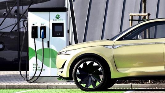 auto elektromobil Škoda Vision X a nabíjecí stanice Elexim