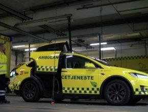 auto elektromobil Tesla Model X jako ambulance sanitka
