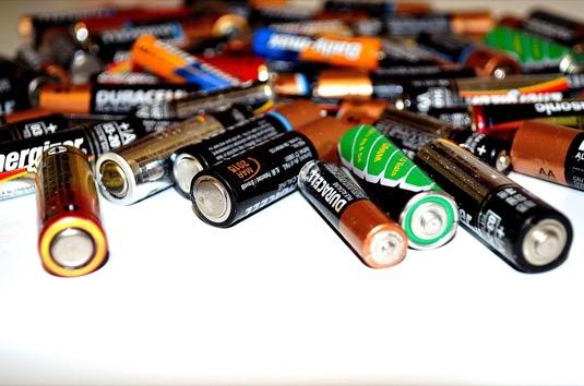 Tužkové ani jiné baterie do popelnice nepatří