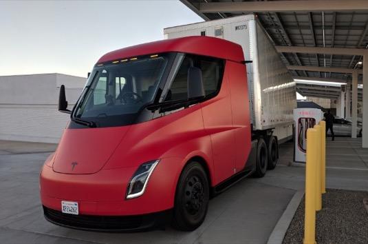 auto Tesla Semi elektrický tahač nákladní auto elektrotahač
