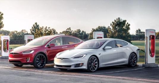 auto elektromobily Tesla Model X a Model S u nabíjecí stanice Supercharger.