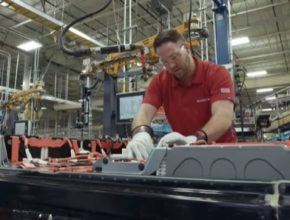 auto elektromobil sestavování baterie battery packu Smyrna Tennessee Nissan Leaf Plus