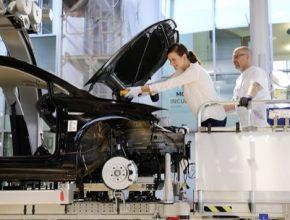 Pouze u Volkswagenu: Zákazníci se mohou ve Skleněné manufaktuře vDrážďanech podílet na montáži svého nového e-Golfu