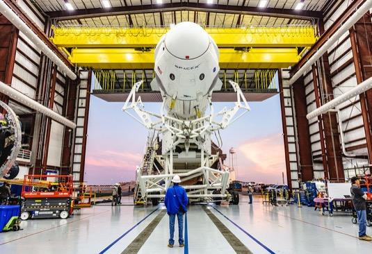 SpaceX vesmírná loď Falcon 9 s lodí Crew Dragon určenou pro vynesení lidské posádky do vesmíru. První pozemní zkoušky už proběhly, let by se měl uskutečnit v květnu 2019.