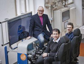 Vedoucí centra SDS Ing. Tomáš Haniš (vepředu), doc. Martin Hromčík (vpravo vzadu) a vedoucí katedry řídicí techniky FEL ČVUT prof. Michael Šebek (vlevo vzadu).