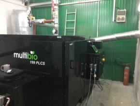 Na snímku je realizace automatického kotle na biomasu MultiBio 199 PLCS v obci Pačlavice u Kroměříže. Kotel na biomasu lze snadno ovládat a jeho provoz sledovat pomocí vzdálené správy přes připojení k internetu. Provozovatel i výrobce kotle tak mají přehled o výkonu, spalování a dalších parametrech provozu.