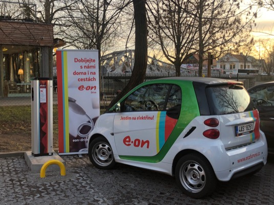 Elektromobilisté nabíjeli loni u E.ONu celkem 12 000x a spotřebovali skoro 122 MWh.