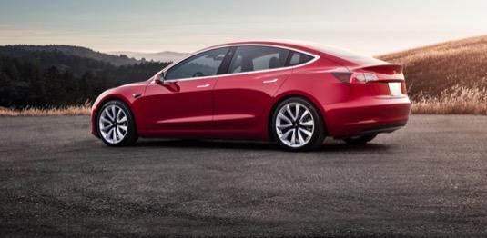 auto elektromobil Tesla Model 3 červená red