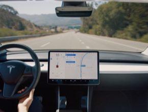 asistenční technologie Tesla Autopilot umožňuje částečně robotické řízení auta