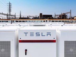 Tesla Japonsko Ósaka Powerpack železnice vlaky nádraží