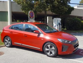 Elektromobil Hyundai Ioniq Electric u pomalé nabíjecí stanice v Rakousku