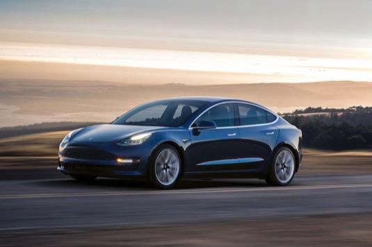 auto elektromobil Tesla Model 3 nejlevnější verze 35 000