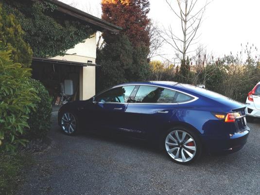 Elektromobil Tesla Model 3 už stojí před garáží