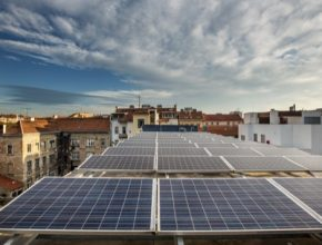 Za 65 let své existence je solární panel cenově nejdostupnější. Česko však stále sází spíše na uhlí.