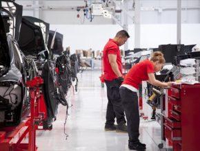 auto Tesla zaměstnanci výroba elektromobilů