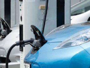 auto elektromobily Nissan Leaf u nabíjecí stanice