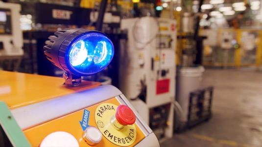 Robot Survival, který pomáhá lidem v továrně Ford